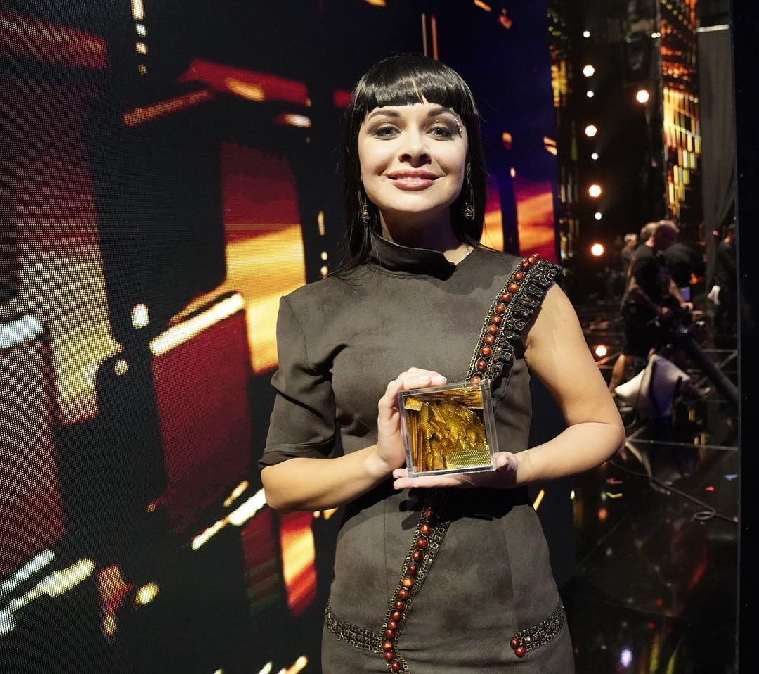 Kseniya Simonova holding a box with golden confetti
